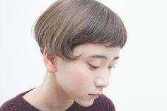 クラシカルなカールを毛先に施したチャーミングなショートスタイル。 ブリーチした髪に重ねたアイスグレーカラーが光に溶けるような柔らかさを演出して、女性らしい印象に。...