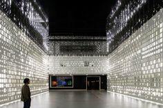"""La """"pelle"""" di Lisbona è luminosa e penetrabile L'atelier P-06 ha creato un'installazione per il Museo della Scienza di Lisbona che è una parete tutta forata e illuminata con tecnologia a LED."""