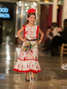 Desfile de moda flamenca infantil de Rocío Peralta. Foto: Rocío Aguado Photography Flamenco Costume, Girls Dresses, Flower Girl Dresses, Cape, Plus Size, Wedding Dresses, Fashion, Cake, Flamenco Dresses