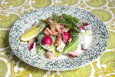 Savukalasalaatti ja caesarkastike - Reseptit - Ilta-Sanomat Cobb Salad, Food, Essen, Meals, Yemek, Eten