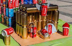 pesebre reciclado con latas de coca cola Diy Recycle, Recycling, Diy Nativity, Fire Extinguisher, Recycled Materials, Coca Cola, Bethlehem, Canning, Geometry