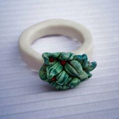 Vegan to Pierścionek ze szlachetnej porcelany Ming.Ręcznie kształtowany,wypalany dwukrotnie w bardzo wysokiej temperaturze.  W ,,głowce sałaty,, kontrastowo osadzone zostały czerwono krwiste cyrkonie.Trwały.  Waga: 4,90 g rozmiar 17-18