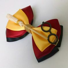 Harry Potter Themed bow Can be made the colors of other houses. From DeesIncrediBows on Etsy Harry Potter Diy, Natal Do Harry Potter, Harry Potter Thema, Theme Harry Potter, Harry Potter Christmas, Harry Potter Birthday, Harry Potter Clothing, Harry Potter House Colors, Harry Potter Accessories