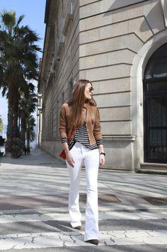 Calça branca, t-shirt listrada e jaqueta de couro: look lindo, amei!