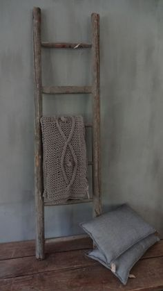 Ladder de verdad me encanta la idea, incluso se usa de toallero en el baño o de mesa de noche! Old Wooden Ladders, Old Ladder, Rustic Ladder, Ladder Decor, Quilt Ladder, Vintage Interiors, Wooden Decor, Natural Living, Home And Living