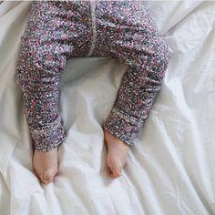 """50 Synes godt om, 1 kommentarer – P e t i t e   L e g a r t h ❃ (@petitelegarth) på Instagram: """"Kæreste små babyben i vores lækre liberty jersey leggins 💕 se lige de tær 😍!! 1000 tak for lån af…"""""""