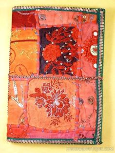 Journal intime / carnet de voyage rouge en papier artisanal 100 pages avec lien en coton - Motifs de patchwork en tissu - Artisanat équitable.