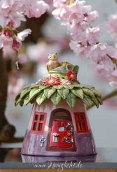 Grosses-Windlicht-aus-Keramik-Elfenhaus-mit-Blaetterdach-und-Eule