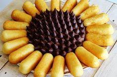 Sunflower Twinkie Cake You will love the simplicity of making this cake and how cute it turns out Twinkies and Hershey s kisses make a perfect sunflower Sunflower Cupcakes, Sunflower Party, Sunflower Baby Showers, Sunflower Cake Ideas, Sunflower Birthday Parties, Fall Birthday, Twinkie Cake, Sallys Baking Addiction, Shower Cakes