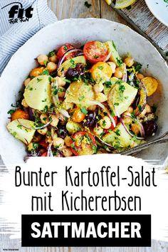 Jetzt wird es bunt! Dieser Kartoffelsalat mit Kichererbsen macht nicht nur satt, er sorgt auch für gute Laune und bringt einen Hauch Frühling auf deinen Teller! Eine Vinaigrette aus Zitronensaft, Petersilie, Honig und Senf verleiht dem Kartoffelsalat einen frischen Geschmack. Lecker! #Kartoffelsalat