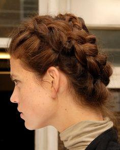 Und hier seht ihr den traditionellen Haarkranz, der sich längst nicht mehr nur auf ländlichen Hochzeiten großer Beliebtheit erfreut. Für diese Brautfrisur müsst ihr ledliglich zwei Zöpfe flechten und diese dann entgegengesetzt um dem Kopf legen. Und hier findet ihr noch mehr Flechtfrisuren, Haarkränze & Bauernzöpfe!