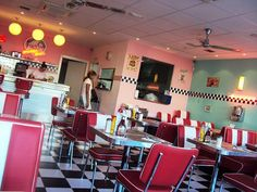 Peggy Sue's en Madrid: Hamburguesas ricas, sitio cuqui | DolceCity.com Diner Aesthetic, American Dinner, Retro Diner, Booth Seating, Bistros, Retro Logos, Restaurant Ideas, Commerce, Interior And Exterior