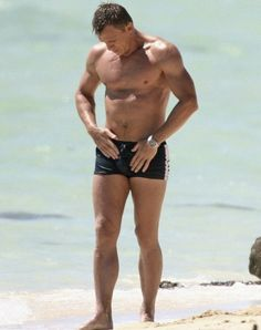 Daniel Craig touching his wet speedo Daniel Craig James Bond, Rachel Weisz, Male Movie Stars, Daniel Graig, Ideal Shape, James Bond Movies, Girly, Sean Connery, Steve Mcqueen