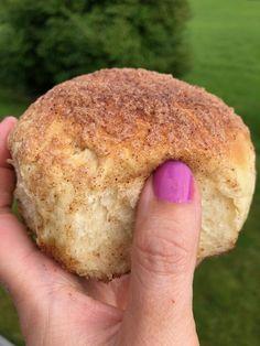 Boller med sprø kaneltopping - Bakeprosjektet Salmon Burgers, Bagel, Food And Drink, Bread, Baking, Ethnic Recipes, Patisserie, Breads, Bakken