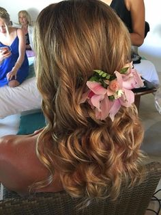 "The best part about beachy waves? A couple of flyways make it look even cooler. ""Spritz hair with a dry shampoo to give it a little bit of grip,"" then run a 1 1/2"" curling iron throughout your hair and comb it out to loosen up the waves. It garantí you a perfect beach wedding hairstyle ! #WeddingHair #BeachWeddingPlayaDelCarmen #PamperedBride"