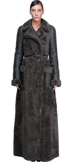 Long coat in shearling by Chloé will cover you until the feet. Precious this grey coat and elegant for your special look. Good mix between shearling and leather on sleeves. Great pockets on the front and belt on waist. Really a beautiful piece of garment this by Chloè.