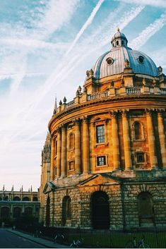 Planning a short trip to Oxford? Don't miss this guide to the perfect 24 hours in Oxford, complete with a free walking tour. Oxford City, Oxford England, London England, Europe Travel Tips, Travel Destinations, Travel Guide, Travel Ideas, Travel Info, Cheap Travel