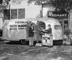 Adam Clark Vroman con la sua libreria itinerante a bordo del Vroman's Book Bus, a Pasadena (California). Alla fine dell'Ottocento, dopo la morte della moglie, per superare il dolore della perdita Vroman si mise a vendere la sua collezione di libri per raccogliere un capitale sufficiente a realizzare il suo sogno di aprire una libreria
