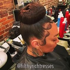 This top bun is amazing! So natural and gorgeous! Ponytail Updo, Black Ponytail Hairstyles, Black Girls Hairstyles, Gorgeous Hairstyles, Medium Short Hair, Medium Hair Styles, Natural Hair Styles, Baby Girl Hair, Baby Hairs