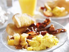 Fluffy Scrambled Eggs with a dash of Cream and served with grilled Bacon, Grilled Tomato, pan-fried Mushroom and fried Breakfast Potatoes. Breakfast Plate, Breakfast Potatoes, Lunches And Dinners, Meals, Great Recipes, Snack Recipes, Southern Breakfast, Restaurants, Bacon On The Grill