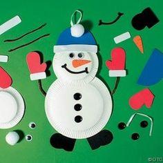 boneco de neve com pratos de plástico