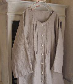 アンティークベージュ色のリネンでコートにもなるタックワンピースを制作いたしました。お色は一般的なベージュ色に比べて、深くて少し濃い色合いとなっておりますので、... ハンドメイド、手作り、手仕事品の通販・販売・購入ならCreema。