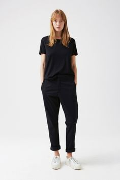 News Pants || Back in stock!! Minimal Outfit, Minimal Fashion, Black Tee Outfit, All Black Outfits For Women, Lesbian Outfits, B Fashion, Tomboy Fashion, Boyish Style, Future Clothes
