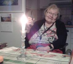 Kynttilän sytyttäminen onnistuu myös yhdellä kädellä. -Mika