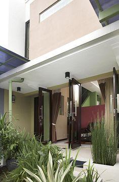 arsitek rumah : teras dengan luasan yang terukur dengan dominasi tanaman perdu pada halaman depannya