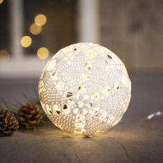 Hæklet lyskugle i bomuldsgarn | DIY vejledning All Things Christmas, Christmas Lights, Christmas Crafts, Christmas Ornaments, Yarn Crafts, Diy And Crafts, Green Craft, Ball Lights, Chrochet