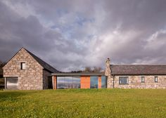 Torispardon is a new build scottish cottage in the Central Highlands, designed by Stuart Archer & Liz Marinko. The house has 300 sqm. Chalet Extension, Extension Veranda, Cottage Extension, Old Cottage, Cottage In The Woods, Modern Cottage, Stone Cottages, Stone Houses, Scottish Cottages
