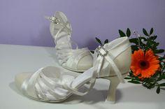Model Victoria T-styl, kombinácia pravej kože a saténu, farba Ivory, Opatok flare 7 cm, dlžka stielky 23,5 cm veľkosť 36. + krystal D, + rychlé zapínanie, + ProComfort. Cena vo výpredaji 79,- Eur / 2.139,- Kč Modeling, Sneakers, Shoes, Fashion, Trainers, Moda, Zapatos, Shoes Outlet, Women's Sneakers