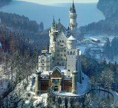 """Castillo de Neuschwanstein construido por el Rey Ludwig II sobre la peña de Hohenschwangau. Baviera. Alemania. Siglo XIX: La primera piedra se coloca el 5 de septiembre de 1864. Promedio de visitantes anual: 1,3 millones de personas. Aforo máximo alcanzado por día: 8.000 personas. Fue elegido por Disney en 1959 para ambientar """"La Bella Durmiente"""". neu-nevado.jpg (984×900)"""