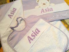 Set asilo ricamato a punto croce. Bavetta, asciugamano e sacchetto con nome Asia.