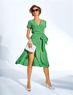 Tupfenkleid aus Seide, Kleine Handtasche mit Kette, Peeptoe-Slingpumps, Damen Sonnenbrille