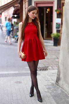 ...help! I have nothing to wear! - kobiecy blog o modzie: Czerwona rozkloszowana sukienka, czarne rajstopy i lakierowane szpilki