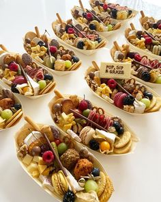 Charcuterie Recipes, Charcuterie And Cheese Board, Lunch Catering, Catering Food, Yummy Appetizers, Appetizer Recipes, Party Food Platters, Tiny Food, Cafe Food
