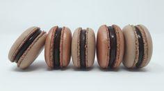 La recette permet de préparer une cinquantaine de coques au cacao. Les macarons sont garnis avec une ganache tendre au chocolat noir 65% et tonka (facultatif)  Matériel à prévoir (10% de remi…