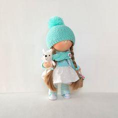 100 % HANDGEMACHT  Elisa Puppe Handmade Puppe Stoff Puppe Rag Doll Textil Puppe Handmade Doll Home Dekoration Puppe Interieur Puppe Dekor Puppe Frühlingsblumen Doll Doll mit Blumen Korb und Hase Spielzeug.  Es gibt eine schöne handgemachte Puppe, mit dem lange fair Haar.  Das innere Puppe Kleid oben in weiß Türkis Farben: liebenswert Rock (Weiße Tupfen), Türkis Strickwaren Walzenzapfen, Fleece-Jacke und knited Schal und Mütze mit Pompon. Gibt es eine süße Türkis Detektive auf die Puppe…