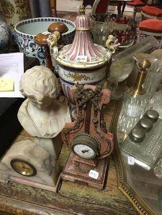 Vase en porcelaine polychrome décor de faune, base en bronze doré