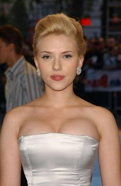 16 Times Scarlett Johansson showed a bit too cleavage. - Contento Days