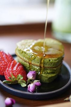 We played around with this Japanese-inspired matcha mochi pancake recipe that we hope you and your matcha bae will enjoy. Dessert Chef, Matcha Dessert, Sin Gluten, Gluten Free, Tempura, Sashimi, What Is Mochi, Green Tea Mochi, Healthy Sugar