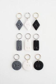 DIY Monogramm Clay Schlüsselanhänger – Homey Oh My! Polymer Clay Crafts, Diy Clay, Polymer Clay Earrings, Resin Crafts, Wood Crafts, Dollar Store Crafts, Dollar Stores, Dollar Dollar, Clay Keychain
