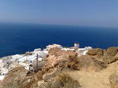 Anafi est une île grecque des Cyclades à l'est de Santorin, à l'extrême sud-est de l'archipel. Sa superficie est de 37,5 km2. Elle culmine à 582 m et compte 273 habitants1.  Véritable cône de pierre surgissant de la mer, Anafi doit principalement sa célébrité au quartier d'Anafiotika au pied de l'Acropole à Athènes. En effet, sous le règne d'Othon, la plupart des habitants de l'île vinrent s'y installer et y reproduisirent l'architecture typique des Cyclades.