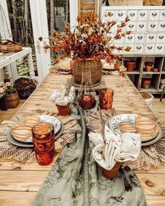 Bring the warm and inviting feel of autumn style into your home with these gorgeous fall table setting ideas! Welcome To Christmas, Cool Christmas Trees, Office Christmas, Christmas In July, Christmas Home, Vintage Christmas, Christmas Ideas, Shiny Brite Ornaments, Clear Ornaments