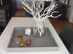 Gezellig dienblad takken en stenen in glas met waxinelichtjes