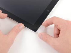 *Étape 17* Continuer à relâcher l'adhésif tout le long du bord inférieur de l'iPad.