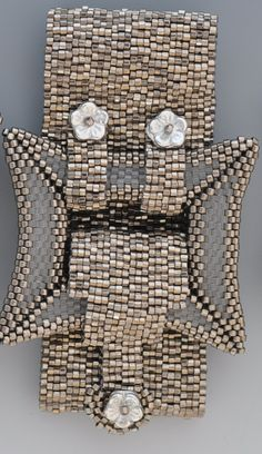 I think this is a snap clasp Beaded Bracelet Patterns, Peyote Patterns, Beading Patterns, Beaded Bracelets, Beaded Jewelry Designs, Seed Bead Jewelry, Bijoux Diy, Bead Crochet, Loom Beading