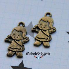 """des breloques en couleur bronze """"petite fille""""."""