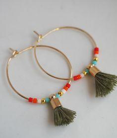 boucles d'oreilles créoles dorées, perles miyuki et petit pompon